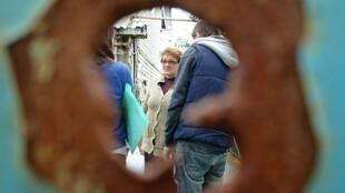 Opytne resident Lena Lededev through her shrapnel riddled front gate