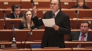 Dick Marty apresenta relatório sobre tráfico de órgãos no Kosovo.