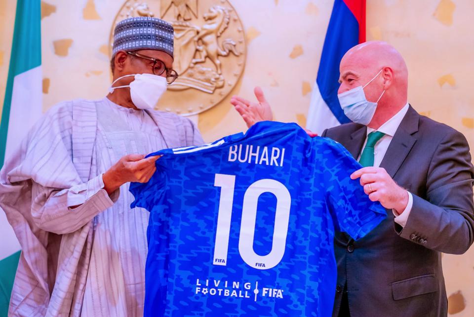Shugaban FIFA Gianni Infantino yana mikawa shugaba Muhammadu Buhari rigar kwallon kafa