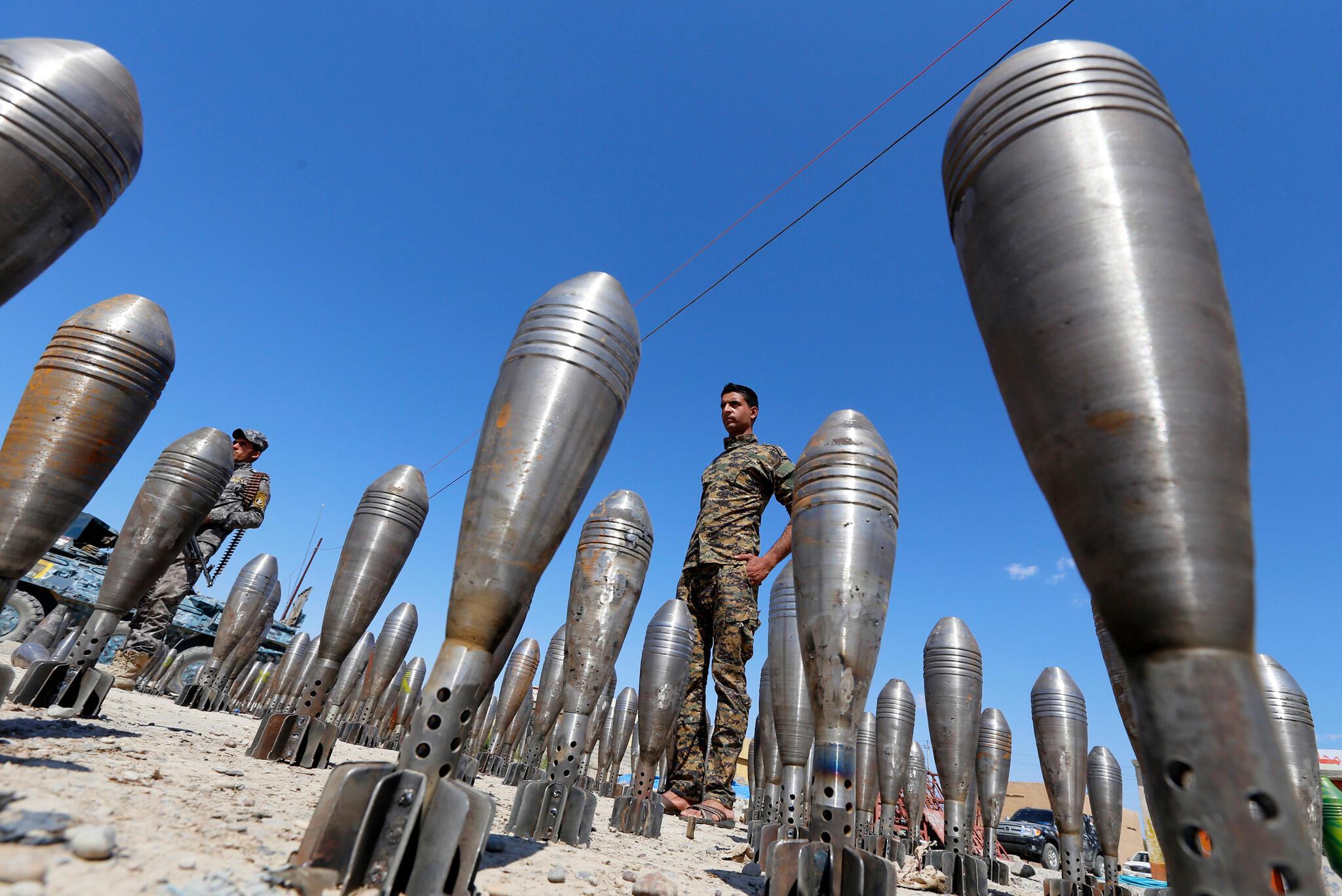 Un militar iraquí vigila municiones del grupo Estado Islámico, decomisadas en la provincia de Al-Alam, Salahuddin.