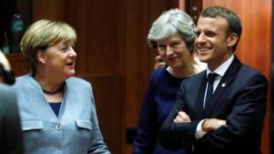 Angela Merkel (g.), Theresa May (c.) et Emmanuel Macron (dr.) à Bruxelles, le 19 octobre 2017.