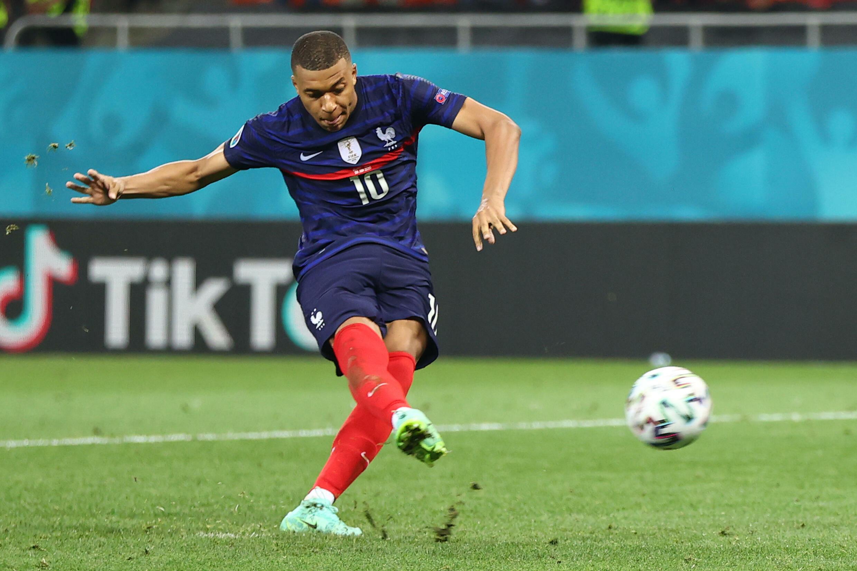 L'attaquant de la France, Kylian Mbappe, rate son tir au but décisif en 8e de finale de l'Euro-2020, lundi 28 juin à Bucarest contre la Suisse