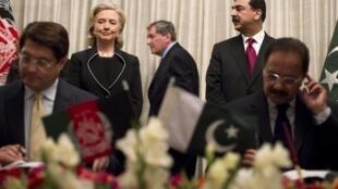 Pakistani PM Yusuf Raza Gilani (R) with US Secretary of State  Hillary Clinton