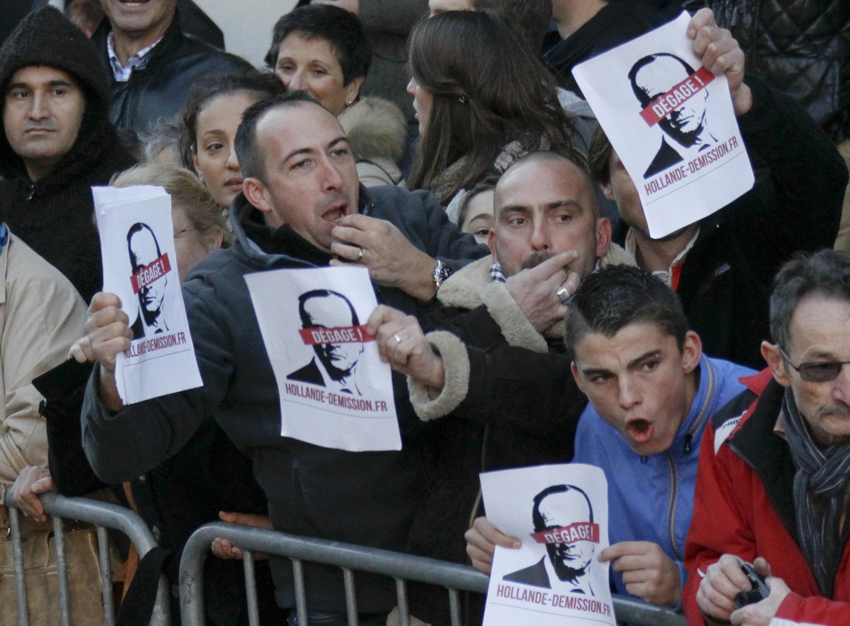 """Демонстранты с листовками """"Олланд, убирайся в отставку!"""" 11/11/2013"""