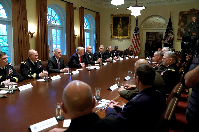 Tổng thống Mỹ Donald Trump họp với các lãnh đạo cao cấp của Quân Đội tại Nhà Trắng (Washington DC), ngày 05/10/2017.