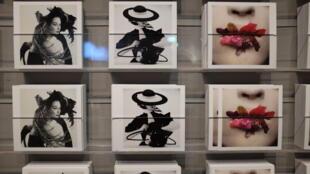 Открытки в киоске Grand Palais с фотографиями Ирвина Пенна.
