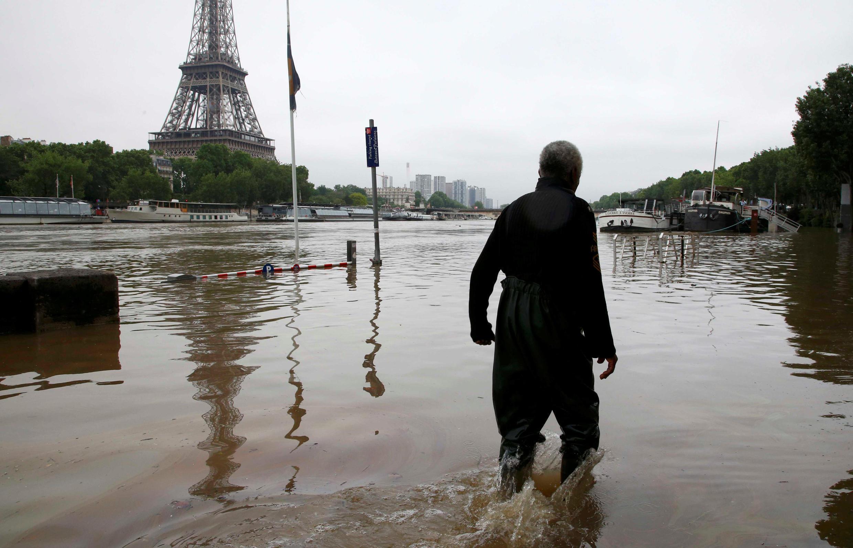 Un homme marche sur les quais noyés par la crue de la Seine, ce 3 juin à Paris.