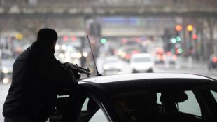 La police sur le qui-vive le 8 janvier 2015, Porte de la Villette, à Paris, à la perspective d'une possible arrivée d'hommes armés.