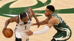 Kevin Durant (izquierda), de los Brooklyn Nets, defendido por Giannis Antetokounmpo, de los Milwaukee Bucks, durante el juego del jueves de playoffs.