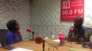 Edmond Lwangi wa RFI Kiswahili akiwa na Mwanamuziki Neema Ng'asha.
