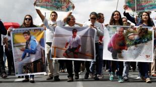 Manifestation de soutiens aux trois journalistes disparus à la frontière entre la Colombie et l'Equateur, le 1er avril à Quito.
