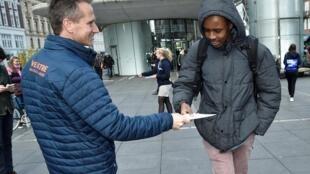 Campagne électorale (Européennes le 26 mai et législatives le 1er juin) au Danemark: le ministre des Finances Kristian Jensen et vice-président du parti libéral distribue des tracts à Copenhague, le 7 mai.
