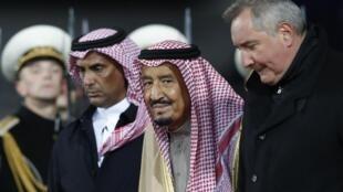 Le Roi Salman d'Arabie Saoudite (centre) à son arrivée en Russie accueilli par le vice-président russe, Dmitri Rogozine (droite), le 4 octobre 2017.