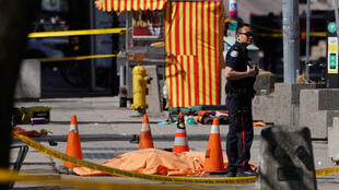 Policial no local onde uma van avançou pela calçada no centro de Toronto, Canadá.