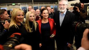 Michelle O'Neill, leader du Sinn Féin, en compagnie de ses amis politiques à Belfast, le 3 mars 2017.