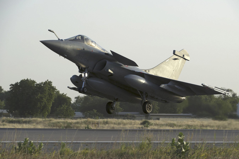 Máy bay Rafale của Pháp tiếp tục các cuộc không kích tổ chức Nhà nước Hồi giáo dù nước Pháp bị đe dọa tấn công khủng bố.