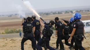 La police turque tire des grenades lacrimogènes pour disperser des manifestants pro-Kurdes, le 29 septembre 2014.