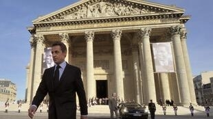 Nicolas Sarkozy em frente ao Panteão após a homenagem ao poeta e dramaturgo Aimé Césaire