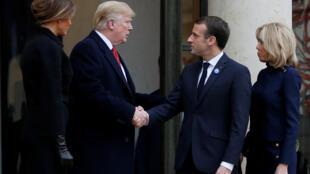 11月10日,法国总统马克龙和夫人在爱丽舍宫迎接美国总统特朗普和夫人。