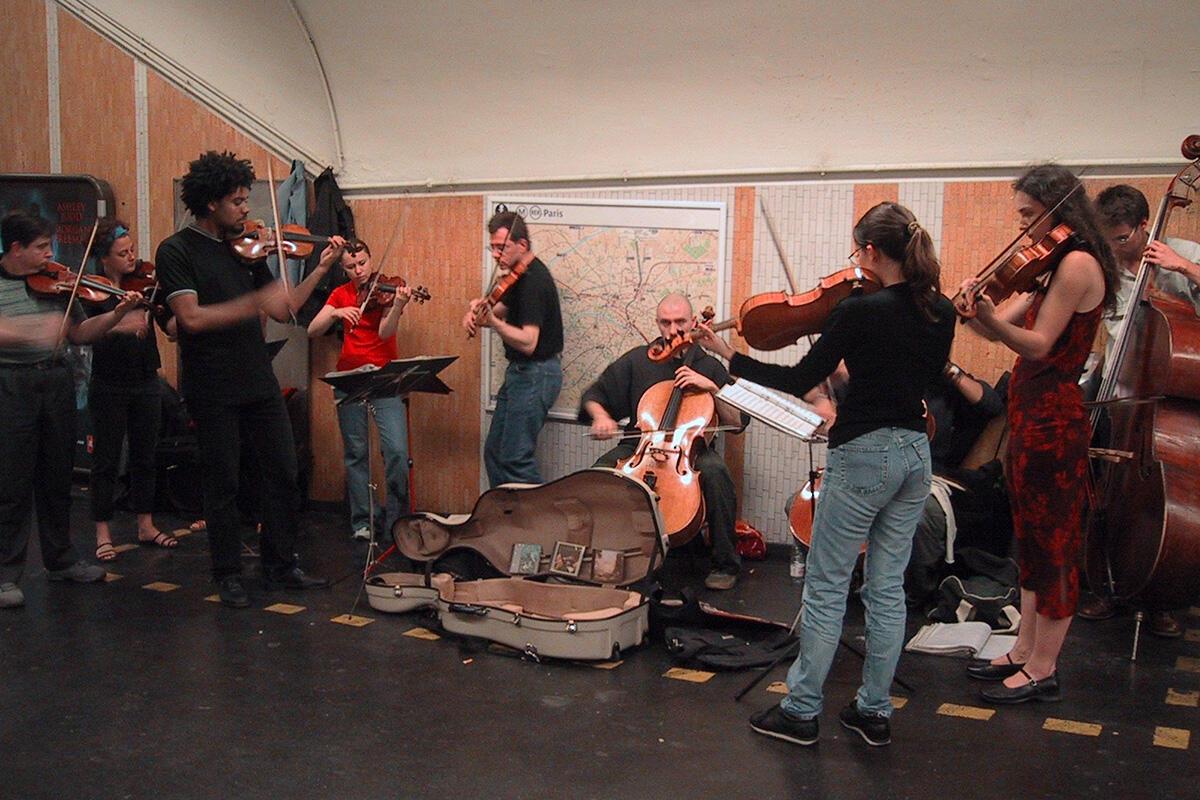 Dàn giao hưởng chơi ở bến tầu điện Chatelet, Paris.