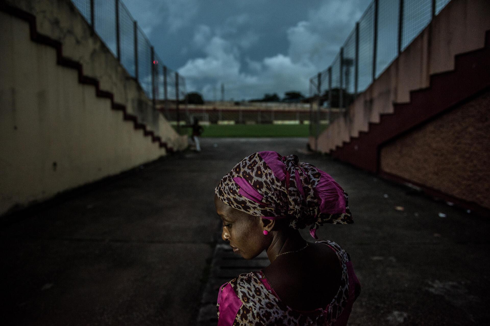 Une anonyme photographiée au stade national où elle retournait pour la première fois depuis son arrestation par les forces de sécurité le 28 septembre 2009.