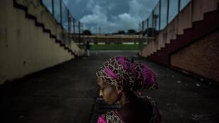 Anonyme, photographiée au stade national, où elle retournait pour la première fois depuis son arrestation par les forces de sécurité le 28 septembre 2009 : «Je veux que justice soit rendue car l'impunité des militaires en Guinée continue.»