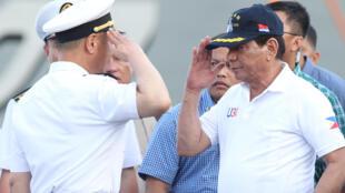 圖為菲律賓總統杜特爾特登上到訪的中國軍艦長春號參觀