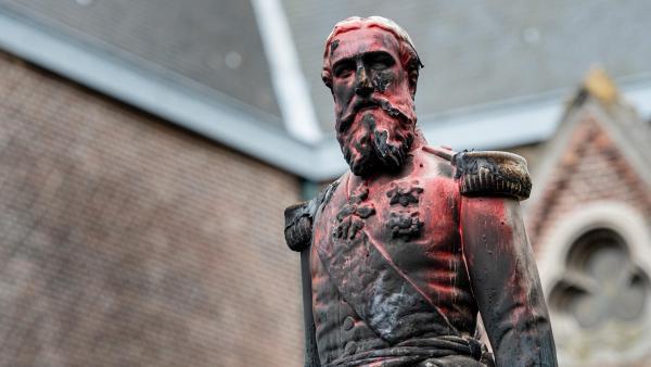 Sanamu ya Leopold II iliyopakwa rangi nyekundu huko Antwerp, Ubelgiji, Juni 4, 2020.