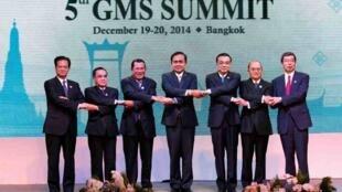左至右:越南总理阮晋勇,老挝总理塔马冯,柬埔寨首相洪森,泰国总理巴育,中国总理李克强,缅甸总统吴登盛,亚洲开发银行行长中尾武彦2014年12月20日曼谷