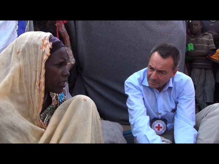 Le président du Comité international de la Croix-Rouge, Peter Maurer, dans le camp de réfugiés de Garin Wanzam, au Niger.