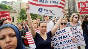 Protestos contra decreto de Trump em frente da Corte Suprema em Nova Iorque. 03/12/17