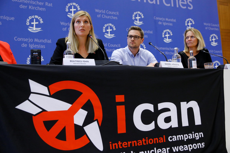 Beatrice Fihn, Giám đốc điều hành và Grethe Ostern, thành viên ban điều hành và Daniel Hogsta điều phối viên, họp báo sau khi giải Nobel Hòa bình 2017 được công bố.