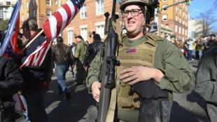 Manifestação em de defesa do porte de armas em janeiro de 2020 nas ruas de Richmond, na Virgínia, estado conhecido por deter o maior número de metralhadoras no país.