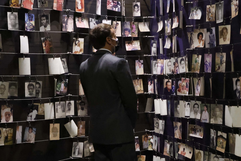 Le président français Emmanuel Macron devant les photos des victimes du génocide rwandais, à Kigali, le 27 mai 2021.