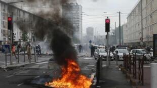 Polícia bloqueia entrada de uma rua na cidade de Sarcelles, no subúrbio de Paris.