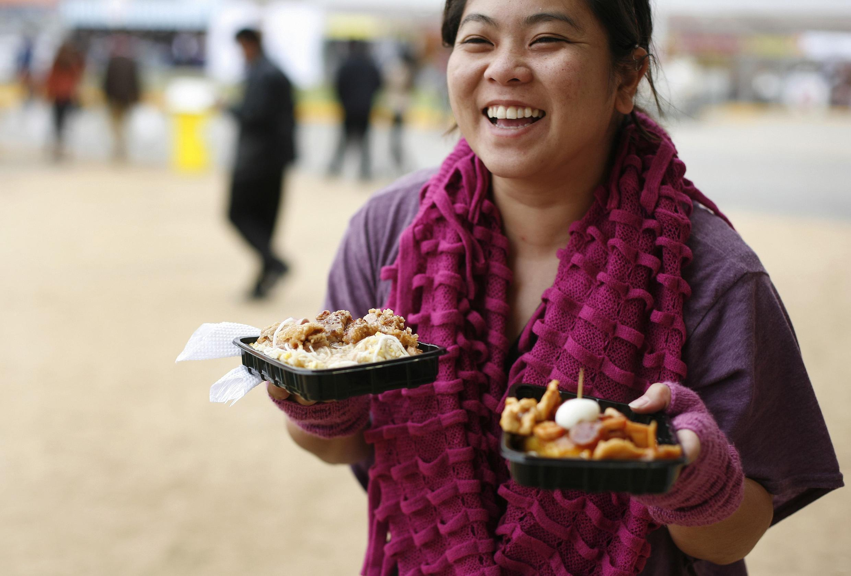 Una mujer se prepara a comer platos tradicionales durante la feria Mistura, el pasado 5 de septiembre en Lima.