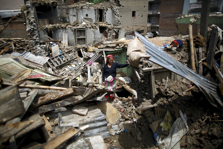 Mulher nos escombros de casas que ruíram na cidade de Sankhu, no Nepal.