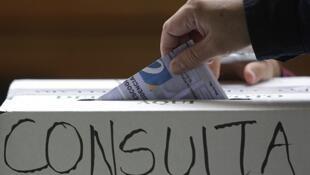 Un ciudadano colombiano votando el domingo en Bogotá.