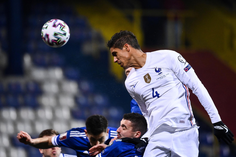 Le défenseur de l'équipe de France, Raphaël Varane, lors du match de qualification pour la Coupe du monde 2022 contre la Bosnie, le 31 mars 2021 à Sarajevo