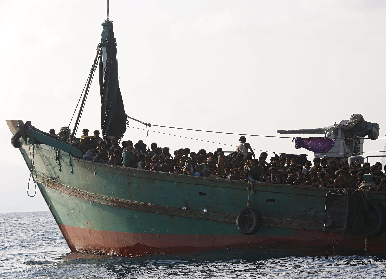 Barco lotado com migrantes resgatados pela marinha tailandesa perto da ilha de Koh Lipe, em 16 de maio de 2015