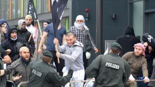 صحنهای از درگیری پلیس آلمان با جوانان مسلمان افراطی مهاجر