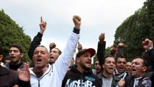 Des manifestants protestent contre le chômage et appellent le gouvernement à agir, à Tunis, le 22 janvier 2016.