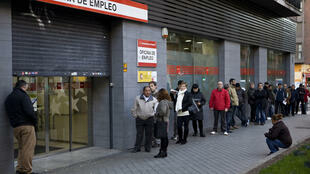 Una fila de persona esperando frente a una oficina de empleo en el Paseo de las Acacias, en Madrid, el 2 de diciembre de 2014