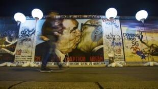 Sete mil balões recriaram o traçado do Muro de Berlim.