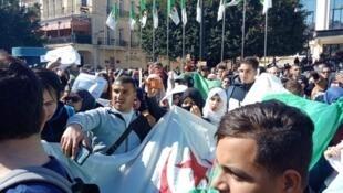 Dubban Al'ummar Algeria da ke ci gaba da bore kan matakin shugaban na dage zaben kasar daga watan gobe zuwa wani lokaci daban