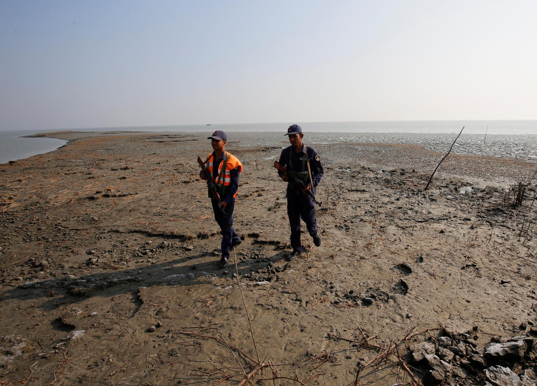 Deux garde-côtes bangladais patrouillent sur l'île déserte de Thengar Char.