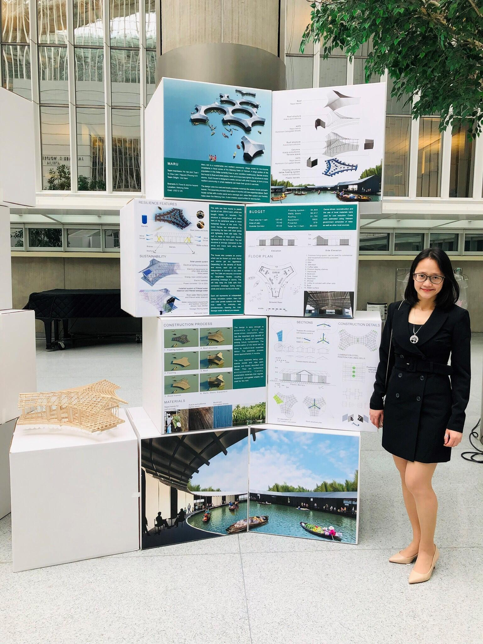Tô Diệu Liên, đồng sáng lập nhóm Maru, bên cạnh dự án Maru Ichi được triển lãm cùng 11 dự án thắng cuộc khác của cuộc thi Resilient Homes Challenge, tại trụ sở của Ngân Hàng Thế Giới (World Bank), Washington DC, Mỹ.