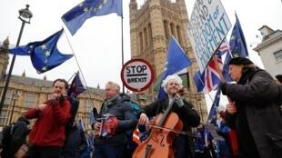 Раз в месяц Симон Вальфиш (в центре) вместе со своими единомышленниками выходит на «Марш музыкантов за свободу», исполняя гимн Европы возле Вестминстерского дворца, у здания министерства иностранных дел и на Даунинг-стрит в знак протеста против Брекзита