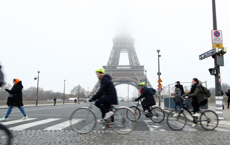A prefeita de Paris, Anne Hidalgo, quer aumentar expressivamente as ciclovias na cidade.