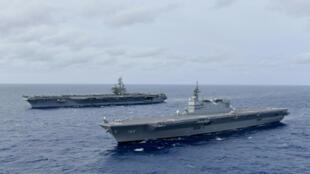 Tàu sân bay Mỹ USS Ronald Reagan cùng hoạt động bên cạnh tàu chở trực thăng Nhật Bản JS Izumo (p) tại Biển Đông ngày 11/06/2019.